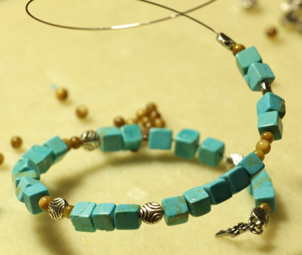 Adding beads to memory wire bracelet. www.lifeatthecottage.com