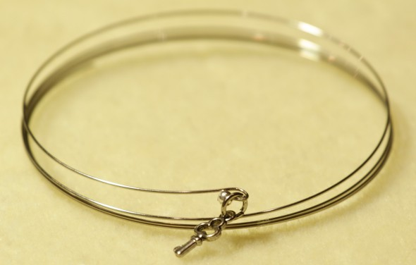 A tutorial for a memory wire bracelet. www.lifeatthecottage.com